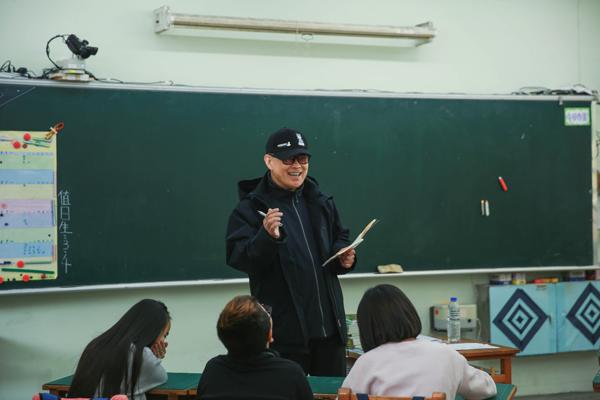 《同一堂课》刘谦郑渊洁上演隔空魔术对决