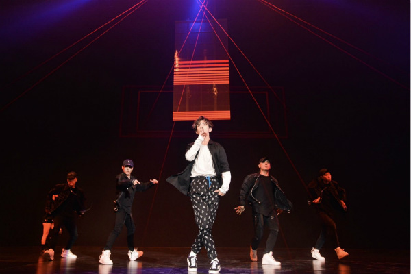 易烊千玺舞蹈新作首秀,粉丝喊话:多发自拍!