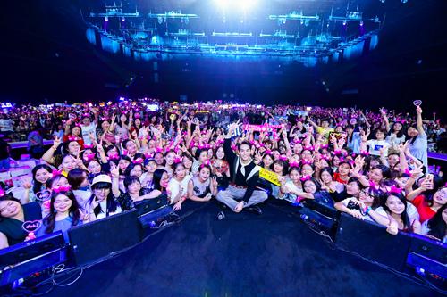 王凯化身电台DJ真挚开唱 与粉丝共度主题生日会
