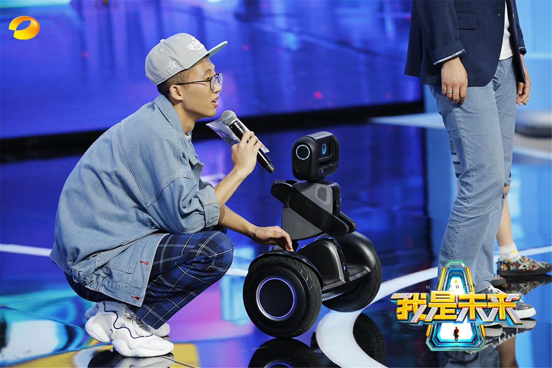 《我是未来》李锐成晕沙发第一人 池子被机器人粘上