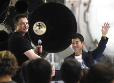 当地时间2018年9月17日,美国加州霍桑,埃隆·马斯克宣布,SpaceX将使用BFR大型猎鹰火箭,送日本亿万富豪前泽友作前往太空,完成七日环月之旅。 图片/视觉中国