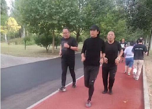 周润发在朝阳公园与友人一起晨跑 一身黑衣动作潇洒