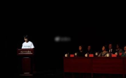 易烊千玺中戏开学典礼发言 新晋大学生从容帅气