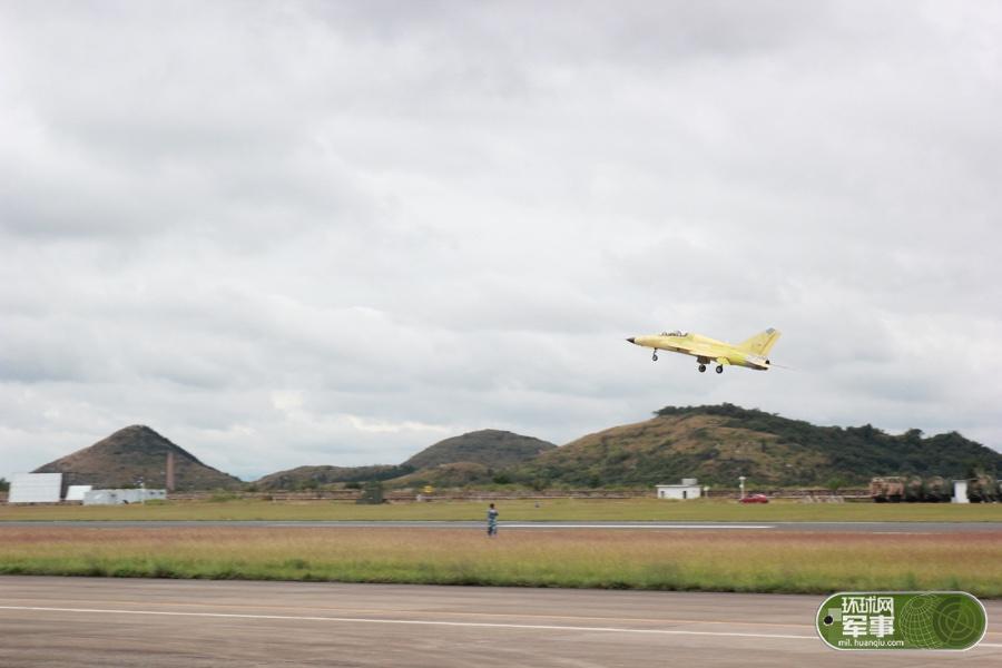 贵飞最新外贸战机FTC2000G成功首飞 外国大使参观