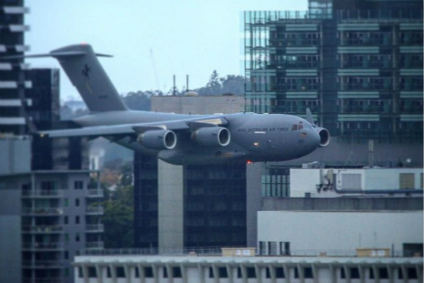 澳大利亚军机径直飞向高楼 民众惊恐:以为911重现