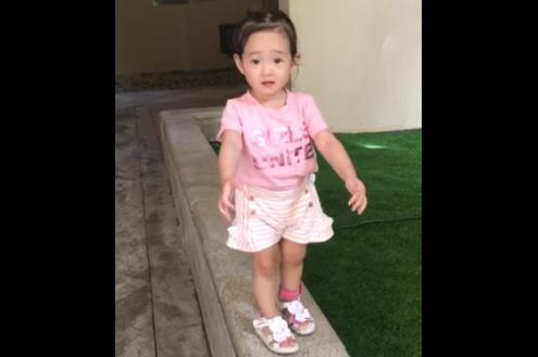 杨云晒女儿走花坛边缘视频 调侃:妈妈是平衡木高手