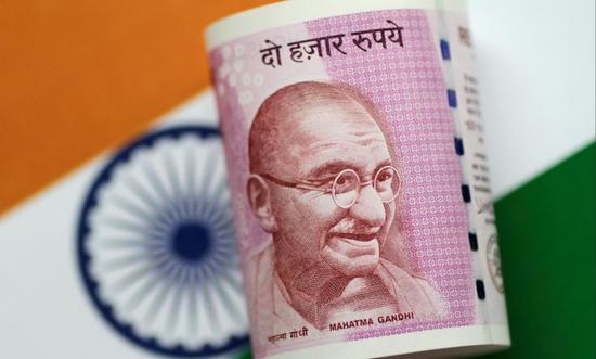 资料图片:2017年6月,印度卢比纸币。REUTERS/Thomas White
