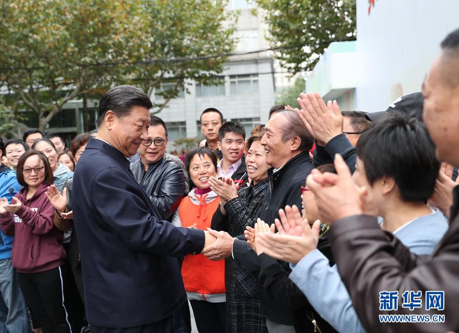 这是习近平在虹口区市民驿站嘉兴路街道第一分站同居民亲切握手。 新华社记者谢环驰摄