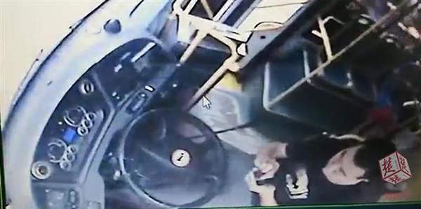 公交司机玩手机还双手脱把遭举报 举报者获奖万元