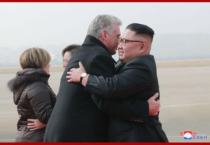 亲如兄弟!金正恩与古巴领导人同车巡视牵手过头顶