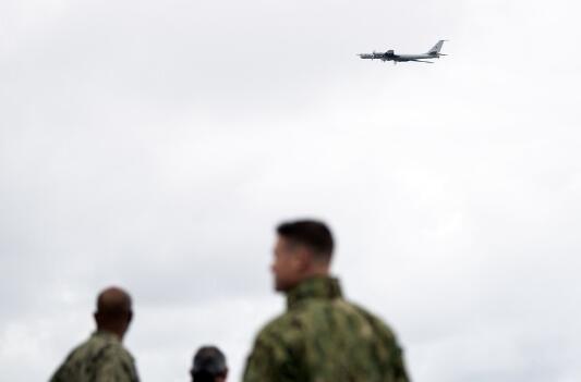 俄图-142低空飞越北约军演现场 美军看呆