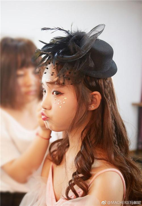 吕小雨的卷发特别显气质,仿佛一位优雅又充满活力的公主.