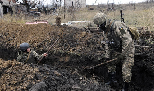 Ukrainian-soldiers-dig-trenches-1051840.jpg