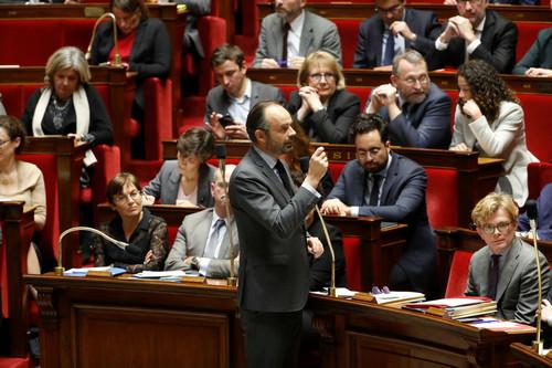 难逃法国总统大转弯宿命?马克龙妥协凸显执政窘境