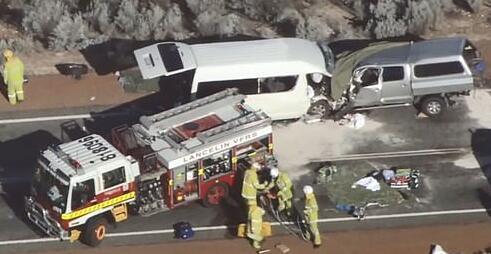 白色小型巴士和一辆多用途汽车正面相撞,车祸后许多人都被困在车中.