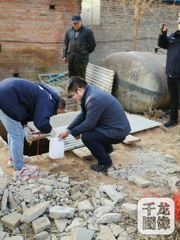 监测人员对杨镇松各庄村一家电镀加工厂废水进行取样