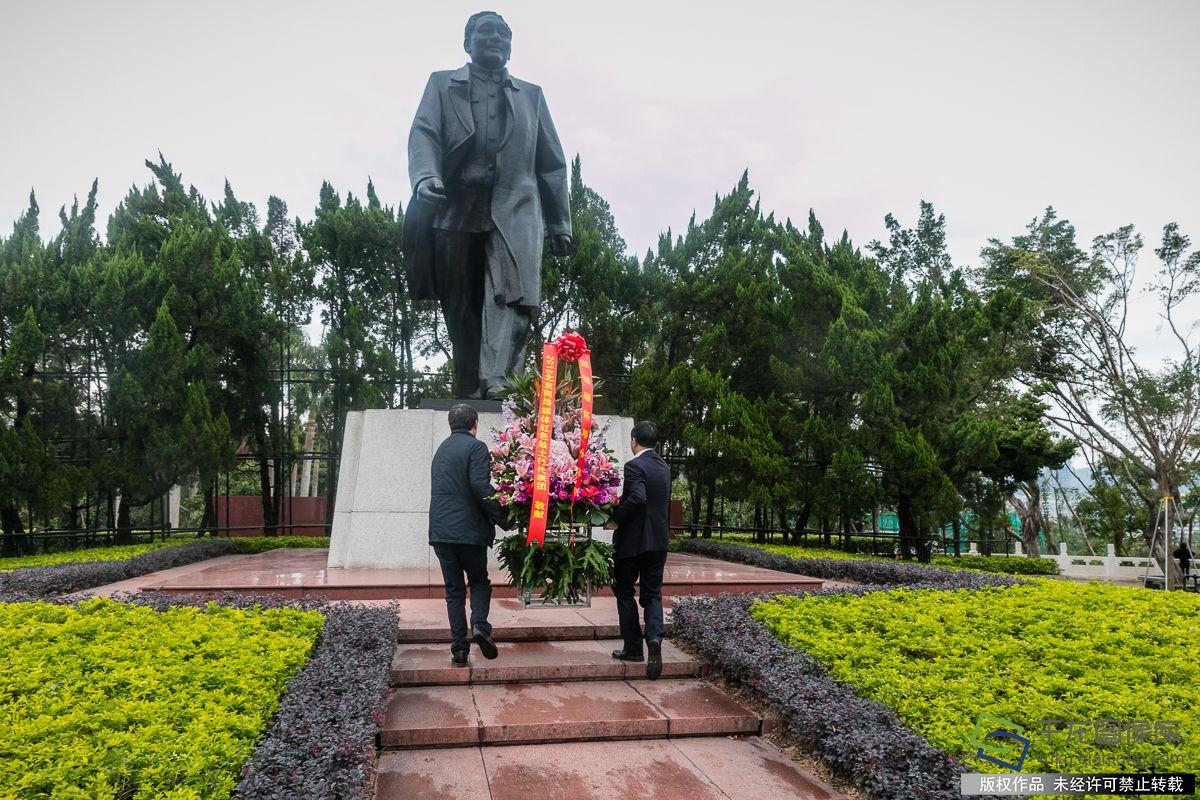 向邓小平雕像敬献花篮。千龙网记者宋鹏飞摄