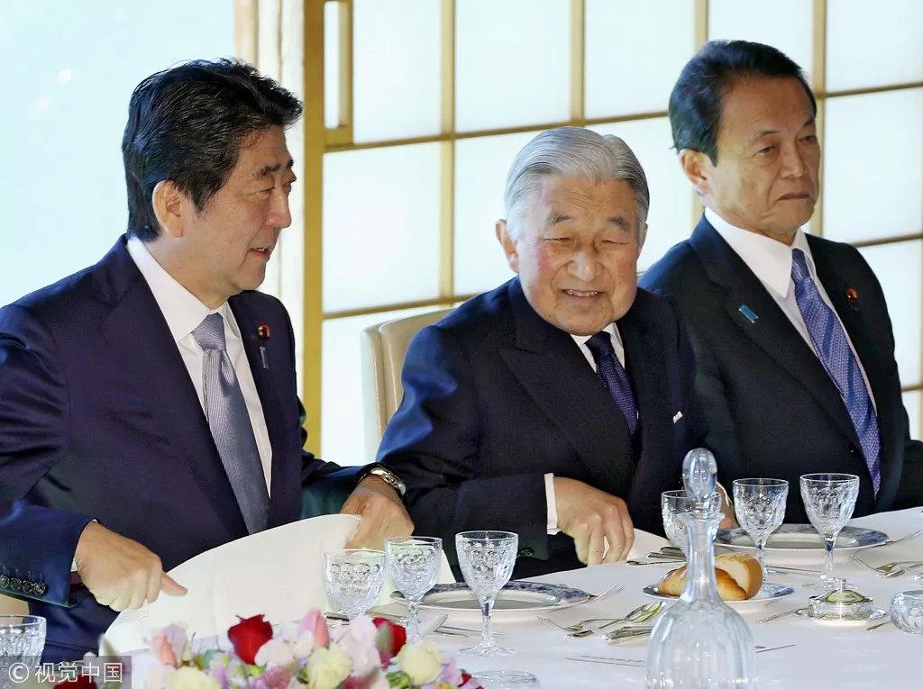 ▲明仁天皇和日本首相安倍晋三