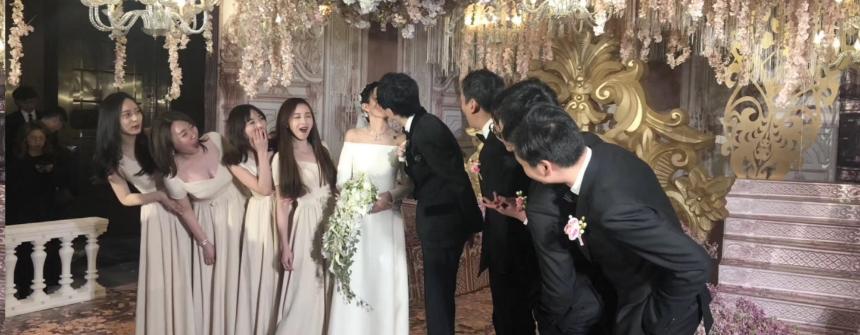 伍声婚礼亲吻妻子 王思聪率伴郎伴娘见证甜蜜时刻
