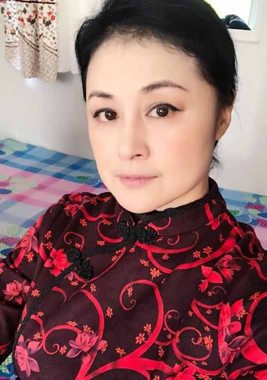 赵本山小姨子于月仙晒自拍 年近50大红大绿真敢穿!
