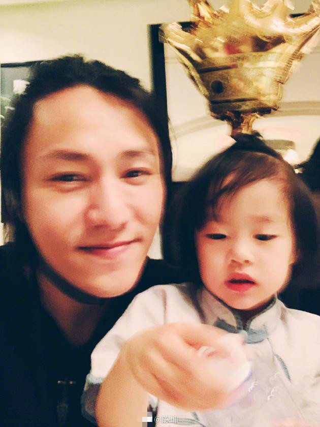 陈坤与小侄女玩亲亲 一脸宠溺画面温馨有爱