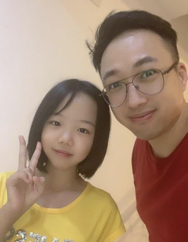"""黄晓明11岁干女儿写小说 于正晒合影秒变""""迷弟"""""""