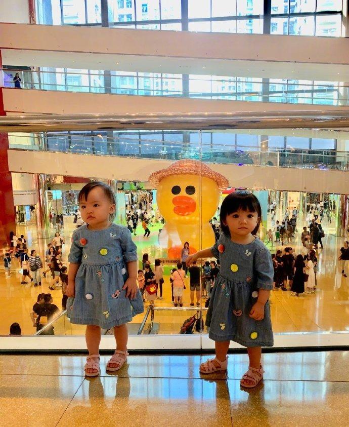 熊黛林带双胞胎女儿出游 与小黄鸭合影萌态十足