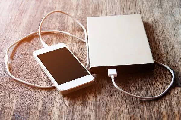手机充完电一定要把充电器拔掉!看完吓出一身冷汗