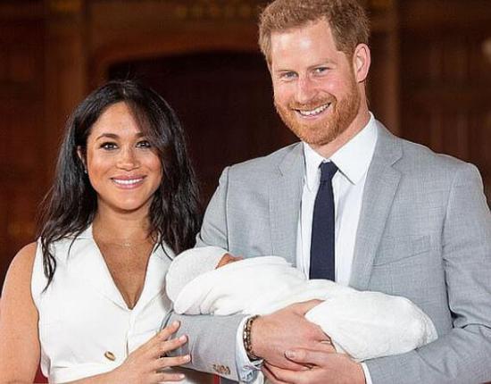 梅根陪哈里王子看球 被丈夫无视露出有趣表情