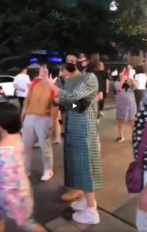 网友重庆偶遇蔡少芬张晋 娘娘孕肚明显