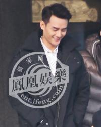 王凯甜笑不止