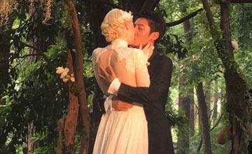 撒贝宁与外籍女友大婚 甜蜜拥吻