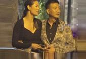 胡军搂中国第一名模吃西餐