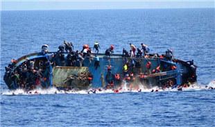 难民船倾覆瞬间 人们纷纷跳海逃生
