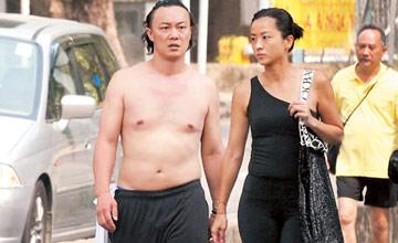 陈奕迅这样出门,比老婆都白!