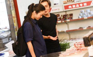 汤唯挺孕肚与李咏一起买菜