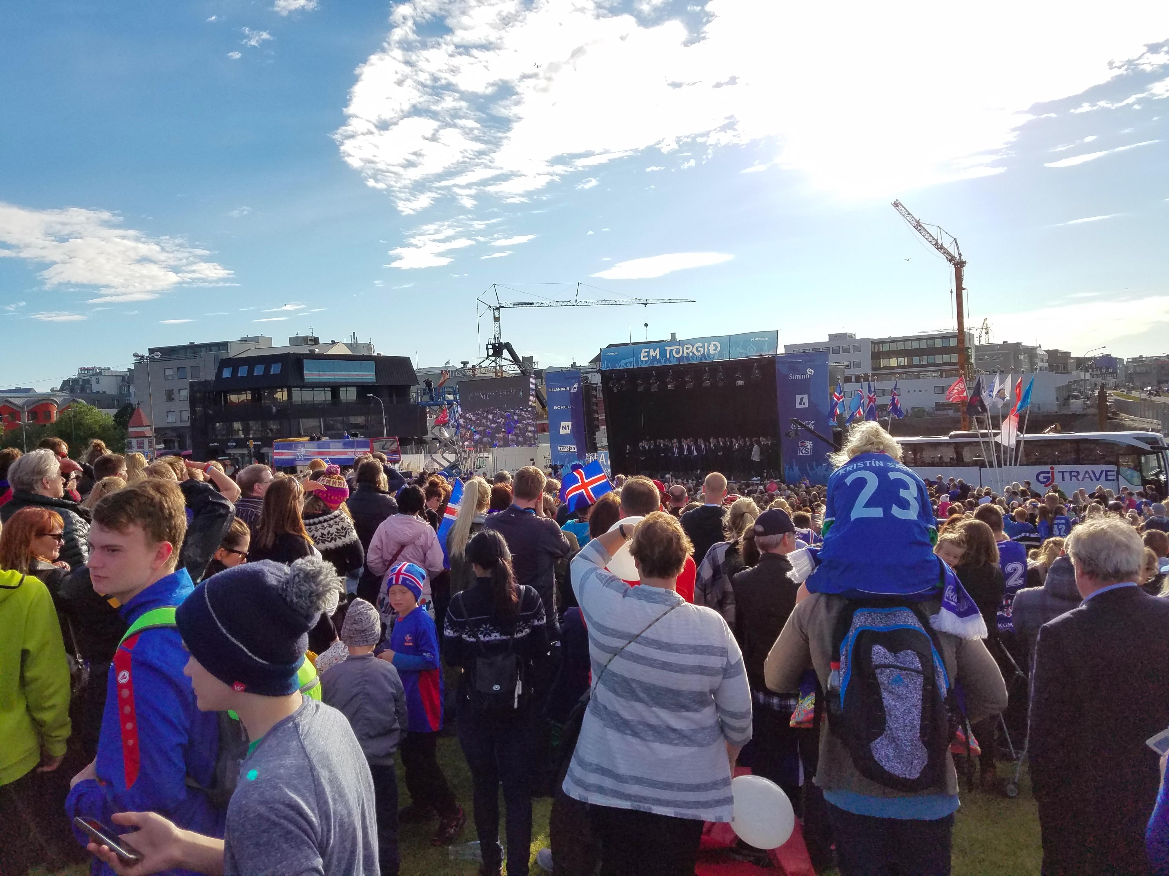 段暄直播冰岛球员凯旋仪式 万人高唱战歌场面震撼