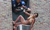 裸女跳楼被警察拽回