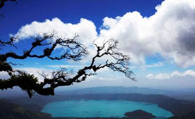 """山""""萨尔瓦多一湖泊因藻类呈现不同色彩 美轮美奂"""