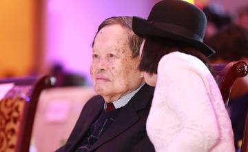 94岁杨振宁与40岁翁帆亲密热聊 妻子气质佳