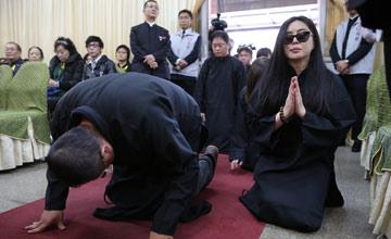 父亲患癌去世,葬礼上王祖贤落泪下跪