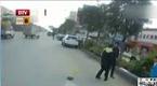 惠州男子阻挠执法 骑坐交警狠咬协警