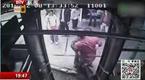 暖心!广州公交车司机抱七旬老人下车