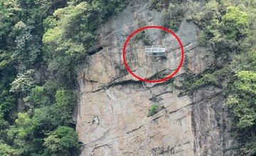 中国某地现悬崖玻璃房 没人敢站上去