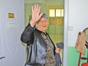 郸城农妇卖菜割草攒一万元 给留守儿童买书
