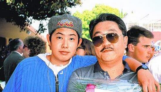 父亲在美国行贿被判刑 吴建豪称在拍戏不回应 [有看点]