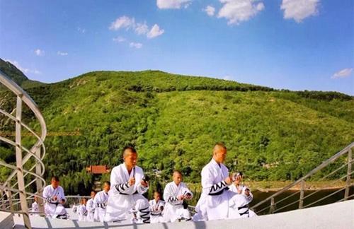 以中岳嵩山为背景,以炫酷飞行和少林武术表演为主题,以禅宗文化,快乐