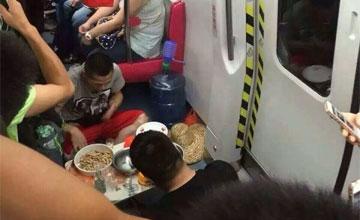 广州地铁上这一幕火了
