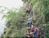 凉山孩子爬悬崖上学 官方:山上不宜建学校