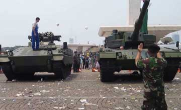 印尼最新豹2主战坦克到货 民众参观留下满地垃圾